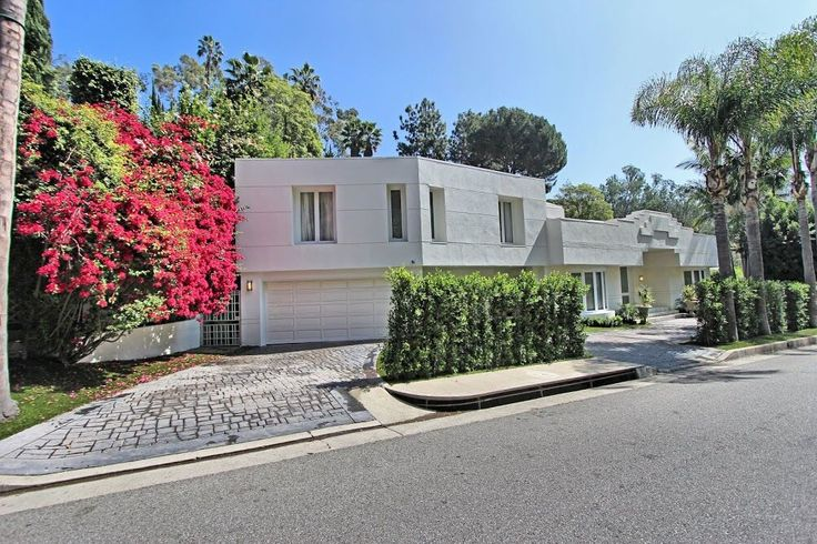 Inside Supermodel Karlie Kloss's $10 Million Beverly Hills Airbnb via @MyDomaine