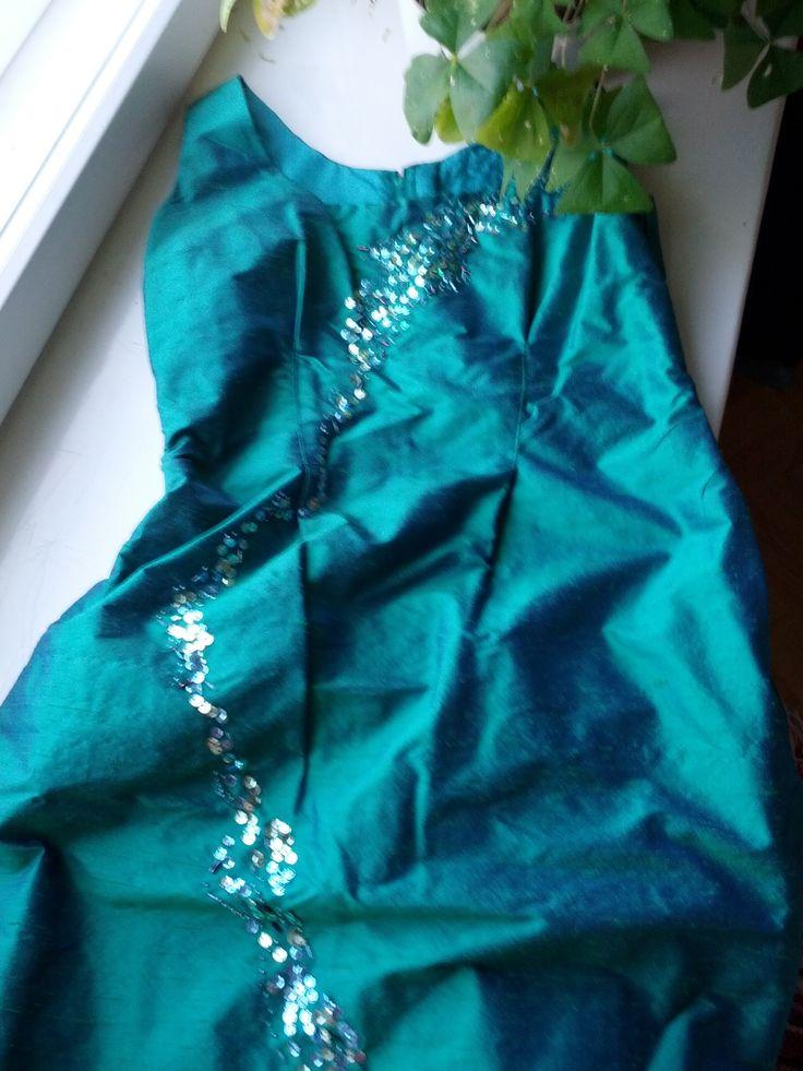 Millennium-leninki uudenvuoden juhliin 1999. Silkkiä, paljetti- ja helmikoristelut.