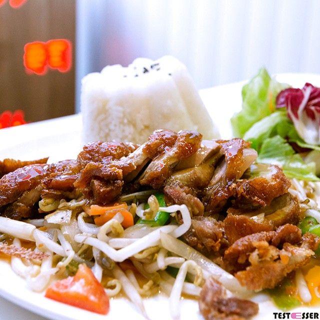 Das Kamo Teriyaki eine knusprige Ente in Scheiben in Teriyaki Sauce auf gebratenen Sojasprossen mit Reis war zwar leider nur mehr lauwarm aber wirklich ausgezeichnet. Den vollständigen Bericht zum AKAKIKO in Graz gibt's heute im Blog! #akakiko #neuinGraz #fusion #japanesekitchen #foodgasm #foodpic #instafood #foodies #foodie #foodshot #foodstagram #instafood #photooftheday #picoftheday #testesser #graz #steiermark #austria #igersgraz #grazblogger #grazerblogger #blogger_at #instagraz…