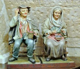 Statue in Papier-mache -  Elderly couple of Arte Sacra di Claudio Riso Both statues are manufactured in papier-mâché with ends in terracotta and bust in straw, joining all with flour glue.