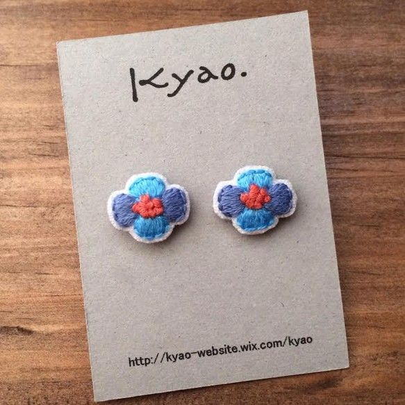 お花の刺繍ピアス/ブルー