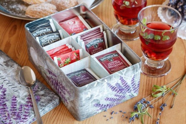 Vyrobte si krabici na čaj z jakékoliv krabice. Třeba z krásné plechové dózy s dekorem levandule, kterou seženete na našem e-shopu.