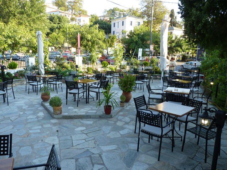 Άποψη της αυλής μας όπου κάποιος μπορεί να πάρει το πρωινό του, να γευματίσει / δειπνήσει ή να απολαύσει τον καφέ του!  www.archontiko-kleitsa.gr  www.facebook.com/archontikoKleitsa