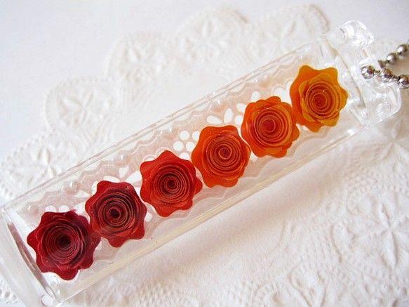 ◆ハマナカ製のアクリルのケースに、 タント紙で作った巻きバラを入れたキーホルダーです。◆赤からオレンジのグラデーションがとても綺麗です。◆サイズは、幅1.7c...|ハンドメイド、手作り、手仕事品の通販・販売・購入ならCreema。