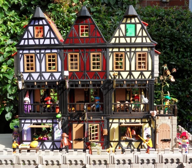 This woman customizes Playmobil sets and makes them into grand, detailed, unique pieces of art. i want to play with these!