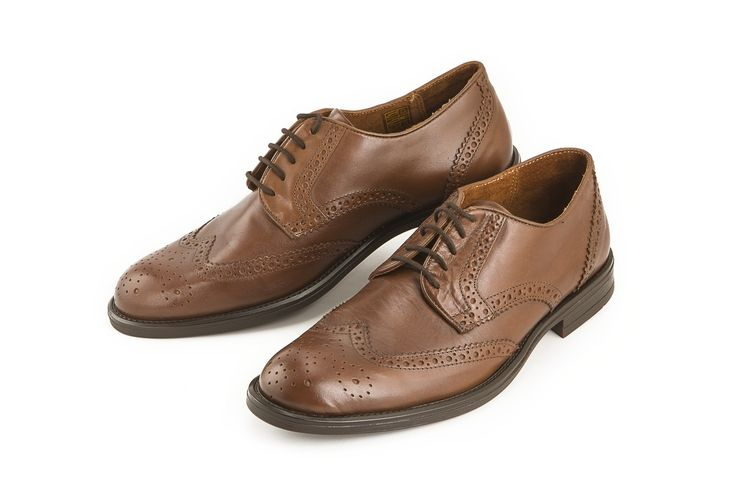 Questa scarpa elegante marrone in vera pelle di Uomo è perfetta per l'ufficio o le occasioni speciali. This elegant brown genuine leather shoe from Uomo is perfect for the office or for a special occasion. www.calzaveste.it