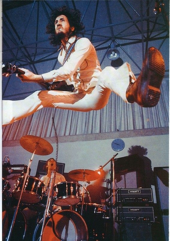 Pete Townsend, Keith moon in the background is amazed. :)