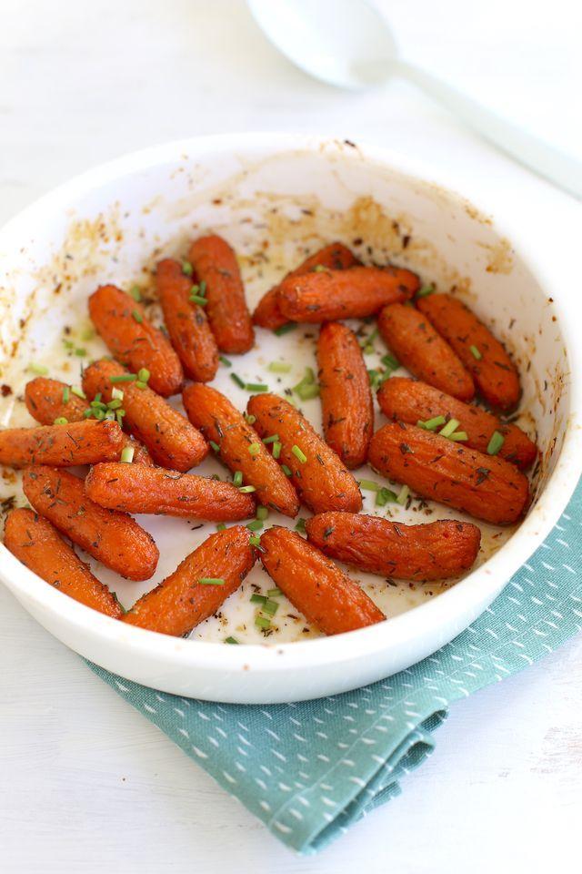 We laten je vandaag zien hoe je dit super simpele gerecht maakt: wortels met honing en tijm uit de oven. Serveer dit bijgerecht bijvoorbeeld met aardappeltjes en een stukje kip.  Recept voor 2 persone
