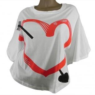21,00 € ----- Tee-shirt coeur transpercé d'une flèche.  Déjà toutes amoureuses de ce tee-shirt coeur !  Le symbole du coeur transpercé d'une flèche n'est pas anodin.  Synonyme d'amour fusionnel pour les uns, il demeure la représentation de la rupture et du coeur brisé pour les autres.  Il n'empêche qu'il nous met toutes d'accord sur un point : on l'adore !