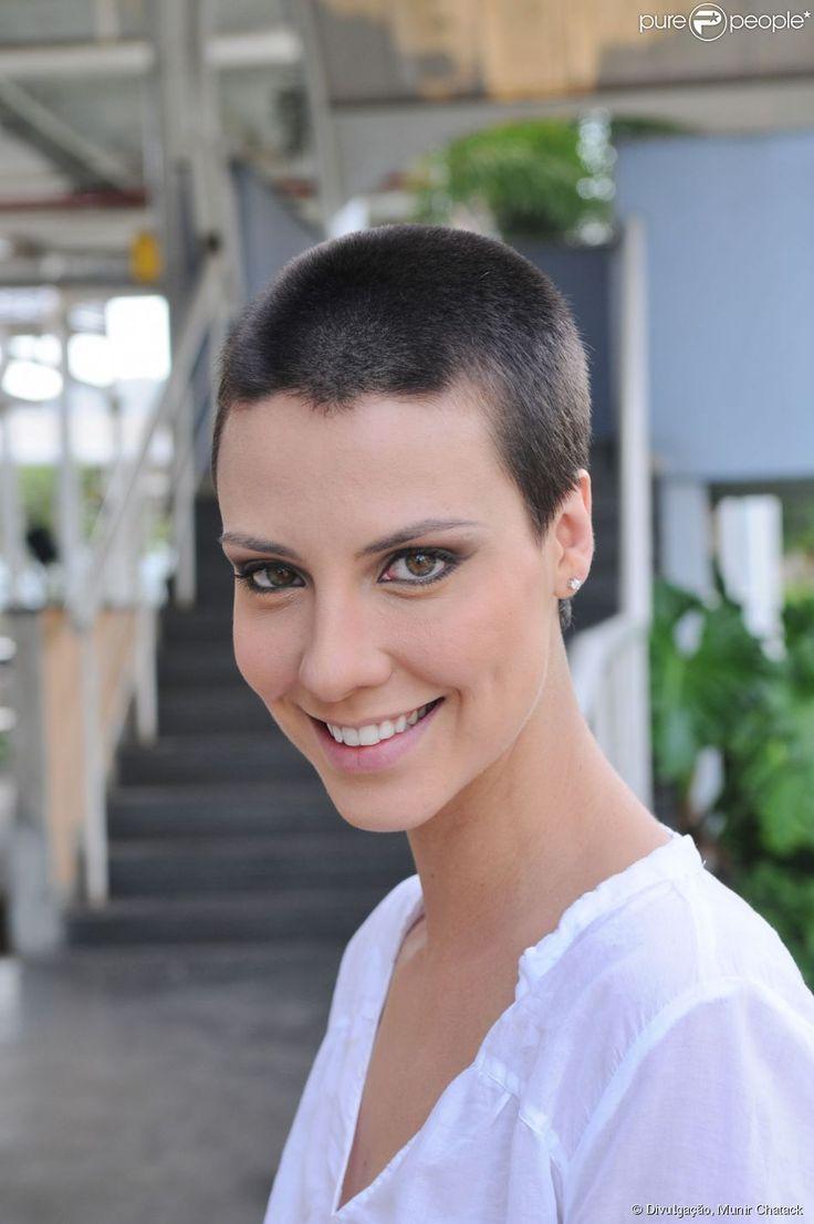 Camila Rodrigues raspa a cabeça para novo trabalho: 'Fiquei forte e desprendida'