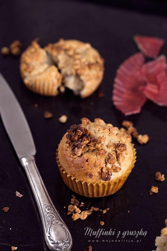 """Pyszne muffinki z gruszkami, posypane chrupiącą granolą to kolejna propozycja z mojej ulubionej książki Gordona Ramsay'a """"Gordon Ramsay's Ultimate Home Cooking"""". Chrupiąca granola świetnie komponuje się z wilgotnym środkiem babeczek. // Pear and crunchy granola muffins - The crunchy topping and the soft and juicy pears inside. #mojadelicja #food #muffins #cakes"""