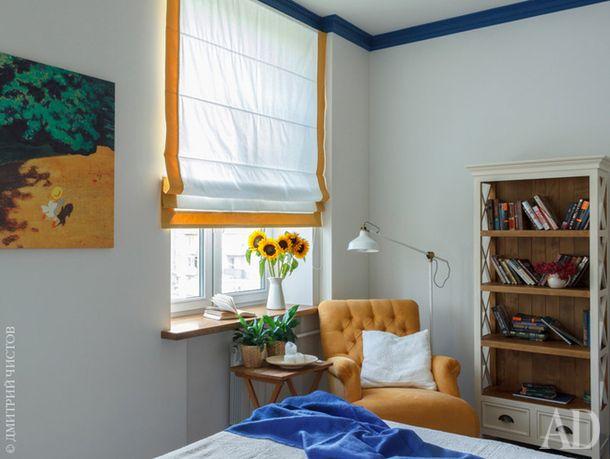 Фрагмент спальни. Кресло и книжный стеллаж, Loft Art.