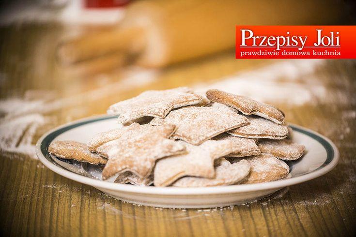 PIERNICZKI (OD RAZU MIĘKKIE) Składniki: 0,5 kg mąki 20 dag sztucznego miodu 1 czubata łyżeczka prawdziwego miodu 4 łyżeczki cukru 1 czubata łyżeczka sody oczyszczonej 0,5 kostki margaryny 3 duże ja...
