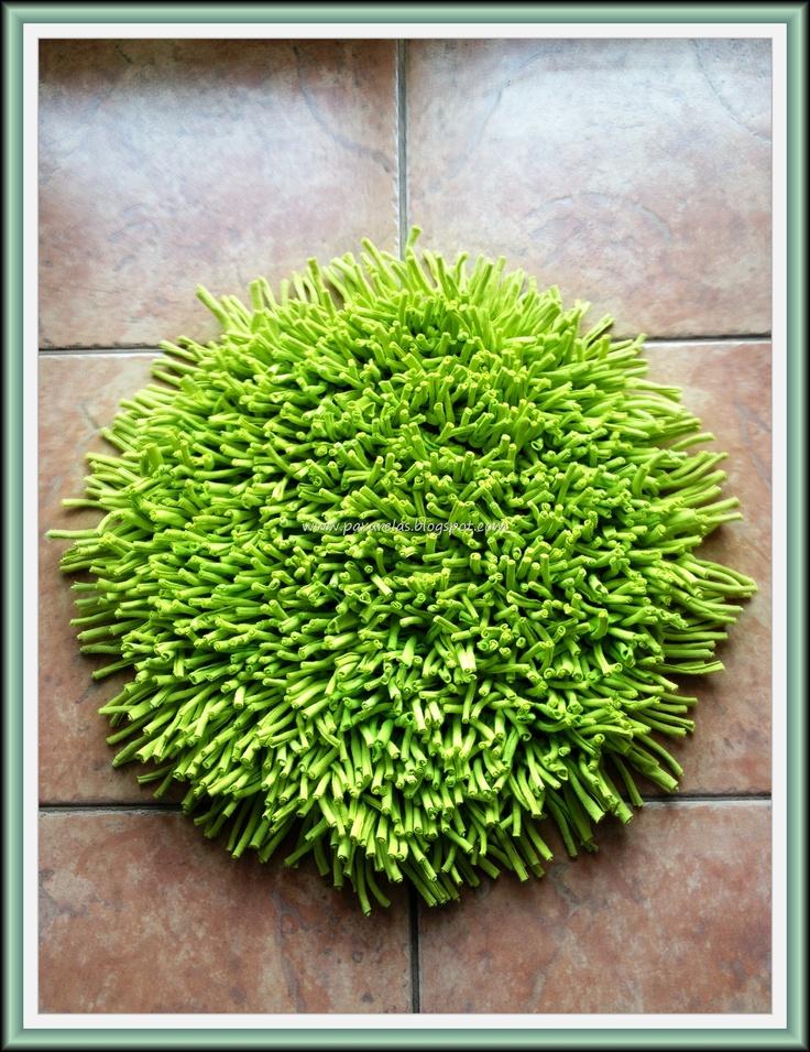 Alfombra circular confeccionada con flecos de hilo de totora en tono verde manzana (liso).  Medidas: 40cm de diámetro.