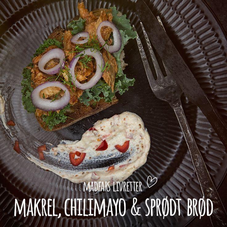 Makrel med chilimayo på sprødt brød et nyt medlem af rugbrødsarsenalet, når der skal kræses om en lækker frokostret. Spice din chilimayo efter behov, rør den op med creme fraiche og top den med dild og rødløg. Se opskrift i bio.