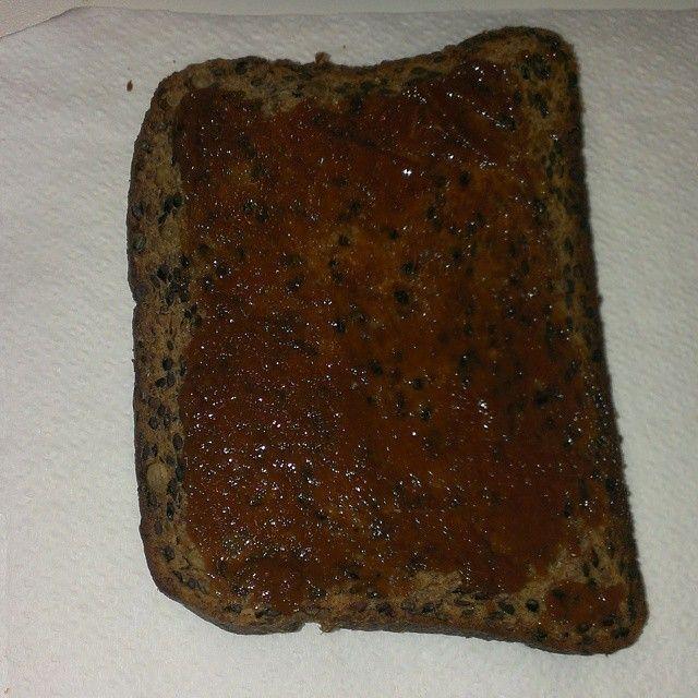 Fetta di pane Mincidelice ai cereali Fase 1-2-3  con marmellata senza zucchero è la mia colazione o merenda Fase 2 http://www.mincidelice.it/it/p-pane-iperproteico-ai-cereali-in-lotto-economico-p666.html @mincidelice.it