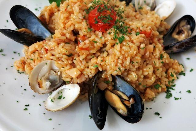 Il risotto alla pescatora è un piatto tradizionale della cucina italiana ricco e molto semplice da preparare. Scopriamo insieme la ricetta per un risotto da ristorante e le sue varianti