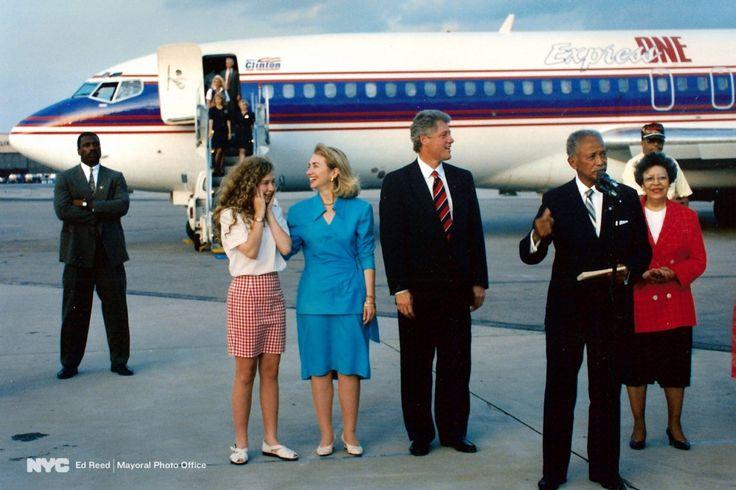 5 de julho de 1992. Prefeito Dinkins e Joyce Dinkins dando boas-vindas a Bill, Chelsea e Hillary Clinton em Nova York antes da Convenção Nacional dos Democratas 1992.