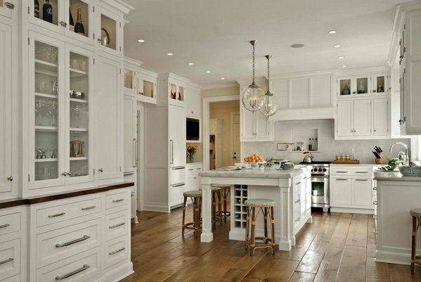 weiße Landhausküche glas kugel hängelampen