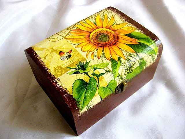 #Cutie #floarea #soarelui şi #fluturi, cutie #lemn #culori #pastelate / #Box with of design #sunflower and #butterflies, #wood box #pastel #colors / #디자인 #해바라기와 #나비, #나무 #상자 #파스텔 #색상의 #상자 http://handmade.luxdesign28.ro/produs/cutie-floarea-soarelui-si-fluturi-cutie-lemn-culori-pastelate-29366/