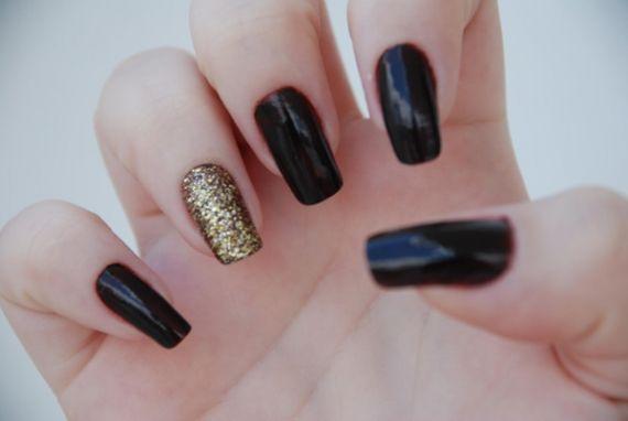 Você já ouviu falar da Ring Finger Manicure? A unha filha única, manicure no dedo anelar, é a nova moda de pintar as unhas. Confira a técnica - Veja mais em: http://www.vilamulher.com.br/beleza/unhas/unha-filha-unica-15797.html?pinterest-mat