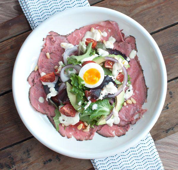 Deze salade met rosbief en avocado smaakt uitstekend als voorgerecht, maaltijdsalade of lunch. Lekker met vers brood. Fijn op warme dagen.