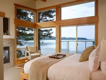 A room with a view at the Pacific Sands Beach Resort (Tofino, Canada)
