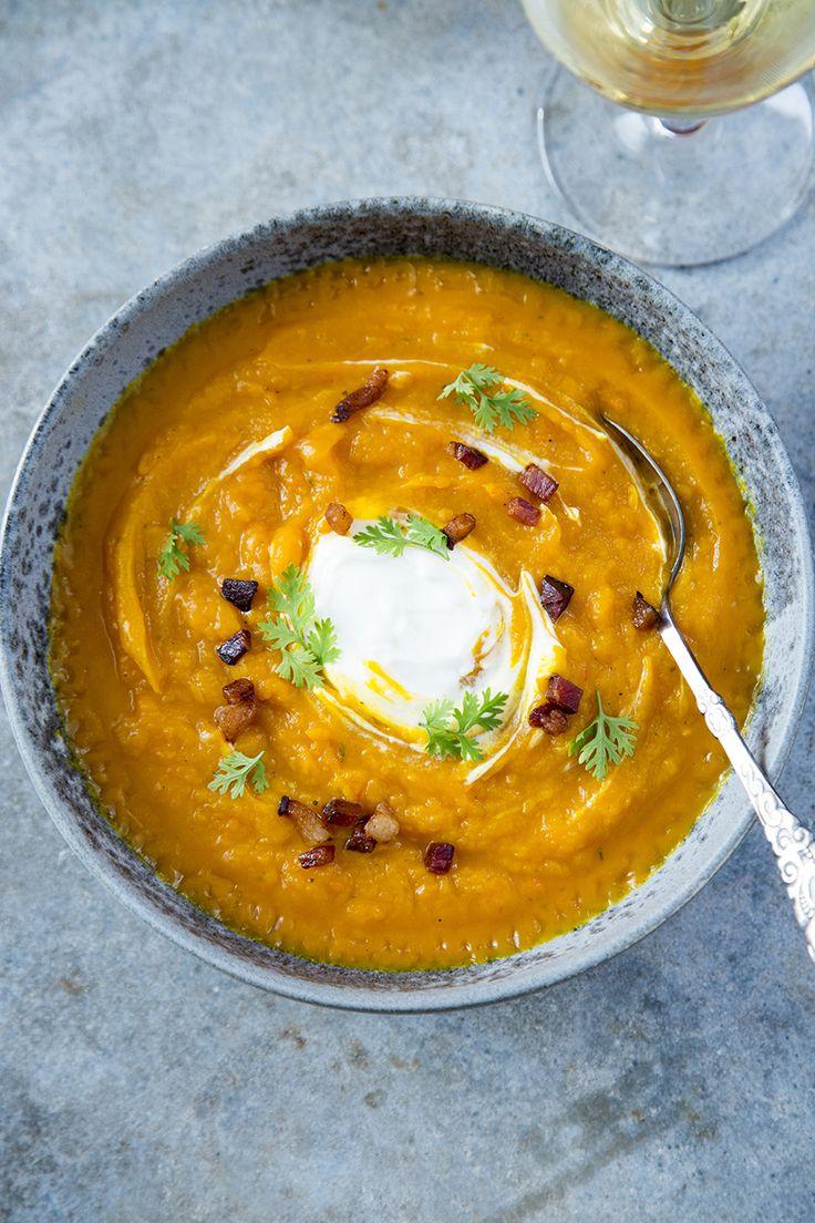 Hokkaidosuppe med ristet Fanøskinke og frisk hakket koriander er en skøn ret til de kolde efterårs og vintermåneder. Suppen kan tilberedes i mange forskellige varianter med forskelligt drys over, e…