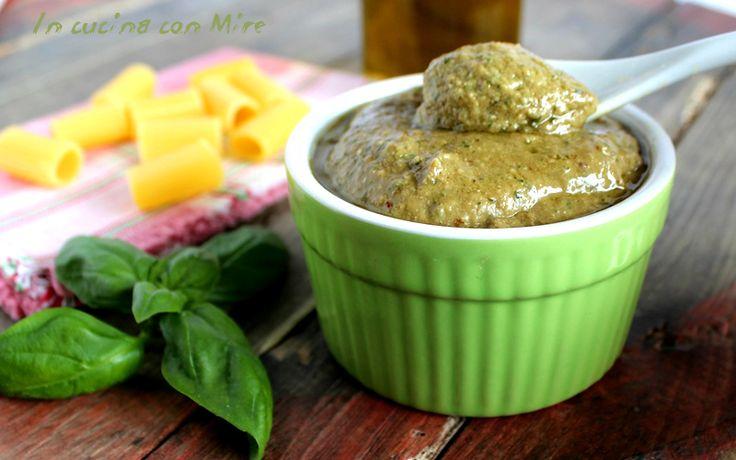 Il pesto melanzane arrostite ha un sapore particolare, può essere usato per condire la pasta, ma e tanto buono su fette di pane e crostini.