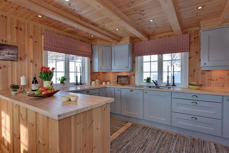 Farge kjøkkenskap og overgang skap til tak.