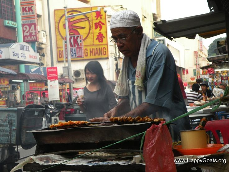 Travel to Malaysia? Don't miss these travel tips. (Budget, Visa, Customs, Money, Transport) and certainly don't miss this delicious Satay in Kuala Lumpur!