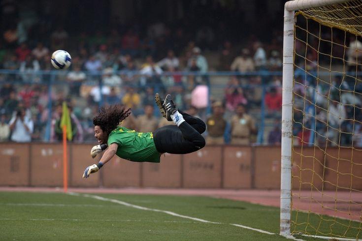 Rene Higuita. Il portiere colombiano fa una parata spettacolare durante una gara amichevole tra una rappresentativa di giocatori brasiliani e una selezione di giocatori in rappresentativa dell'India (nella quale giocò Higuita) a Calcutta, in India, l'8 dicembre 2012.