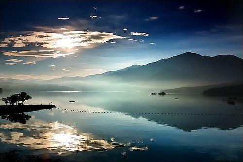 日月潭. Sunrise at Sun Moon Lake.