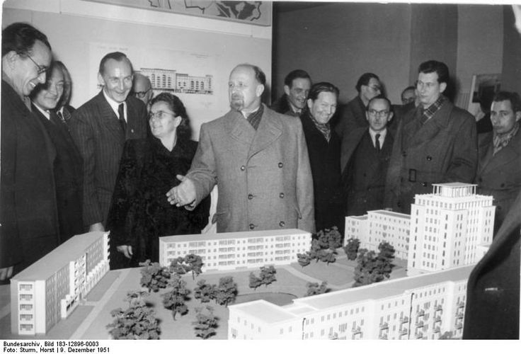 Walter Ulbricht vor dem Modell der Weberwiese mit dem Hochhaus, 1951