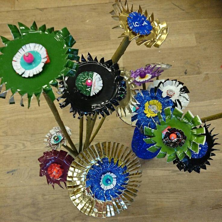 Blommor av burklock och kapsyler gjorda på slöjden av åk 4
