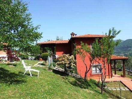 In de kop van Toscane, mooi en zeer betaalbaar huis verdeeld in 2 appartementen.  Op een heuvel met uitzicht op een mooi en groen dal.     Beneden een lekkere lang tafel onder een veranda met een steenoven voor je zelfgemaakt pizza of focasia en een vaste barbeque.    Perfect voor twee gezinnen