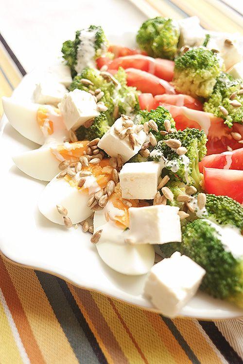 Sałatka: 1 brokuły + 3 jajka + 3 pomidory + 100g sera typu Feta + 50g pestek słonecznika + sos czosnkowy