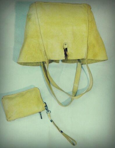 ART.74  Borsa di pelle a due manici con borsellino, tinta in capo. Disponibile in giallo, cuoio, nero, grigio, mastice e jeans. Misure: 32x30x15   ART.74 Leather bag with two handles with purse. Available in yellow, buff, black, gray, mastice and jeans.   Measures: 32x30x15
