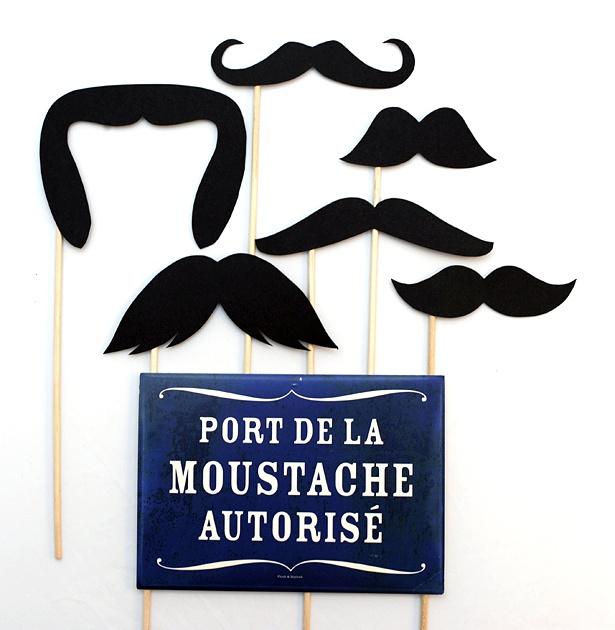 un kit de moustaches pour animer un photobooth, et sa petite pancarte qui va bien !