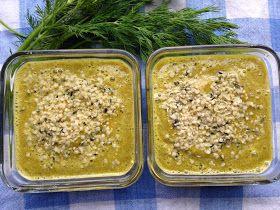 Zupa krem awokado-koperkowa (Raw & Vegan) Kremowa i lekkostrawna zupa, pełna witamin, błonnika, kwasów omega 3 i omega 6. Składniki: - 1 i 1/2 szklanki wody źródlanej lub filtrowanej - 1/2 dużego awokado (musi być dojrzałe) albo jedno małe - 1 spora żółciutka papryka - 3 suszone pomidory - 1/2 pęczka koperku - 1 ząbek czosnku - 1/4 łyżeczki ostrej papryki - 1 łyżeczka cząbru Surowa dieta, Kuchnia witariańska