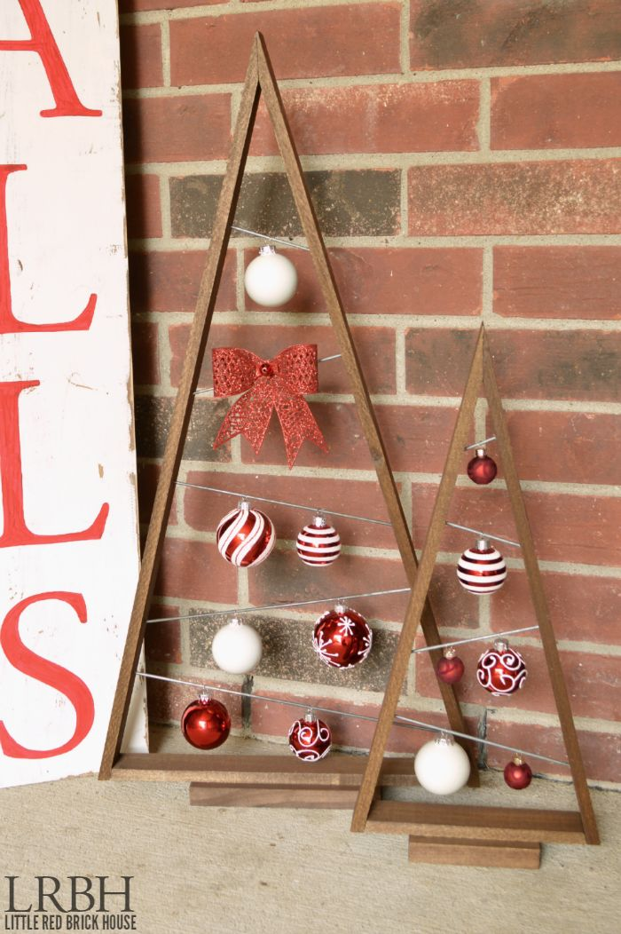 Display your favorite ornaments this season with these super cute Christmas Ornament Trees!