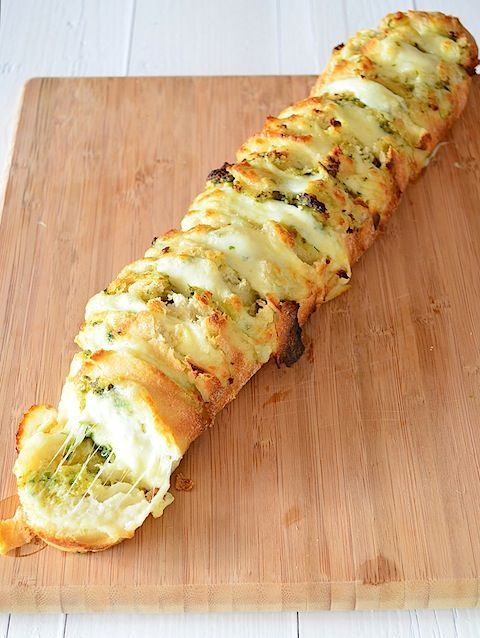 Pesto and garlic partybread #partyfood #bread # mozzarella
