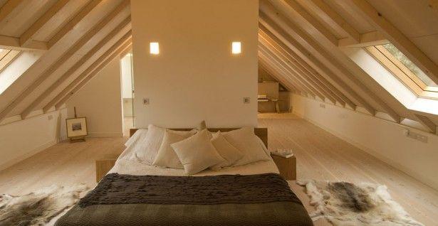 Camera dai toni chiari con tetto e pavimento in legno e pareti color crema #mansarda