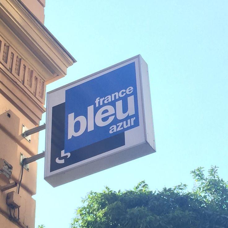 Pour ce lundi soleil, c'est le logo de radio france bleu azur que je mets là Yahooooooo… À partir de cette semaine, j'y ai 2 chroniques par semaine le mardi et le vendredi à 6h50!…