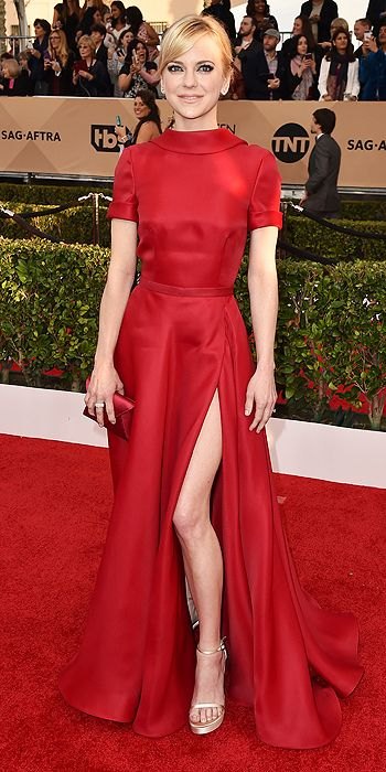 Anna Faris chooses a red Naeem Khan with some retro flair via its high neckline and short sleeves, plus champagne platform sandals and Norman Silverman diamonds