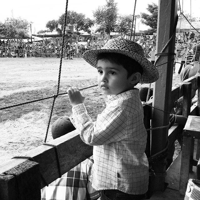 Un #tbt con mi ahijado menor JJ viendo los toros 😬#guarare #ahijado #festivaldelamejorana #padrinofeliz #blancoynegro #blackandwithe #niño #festivaldelamejorana