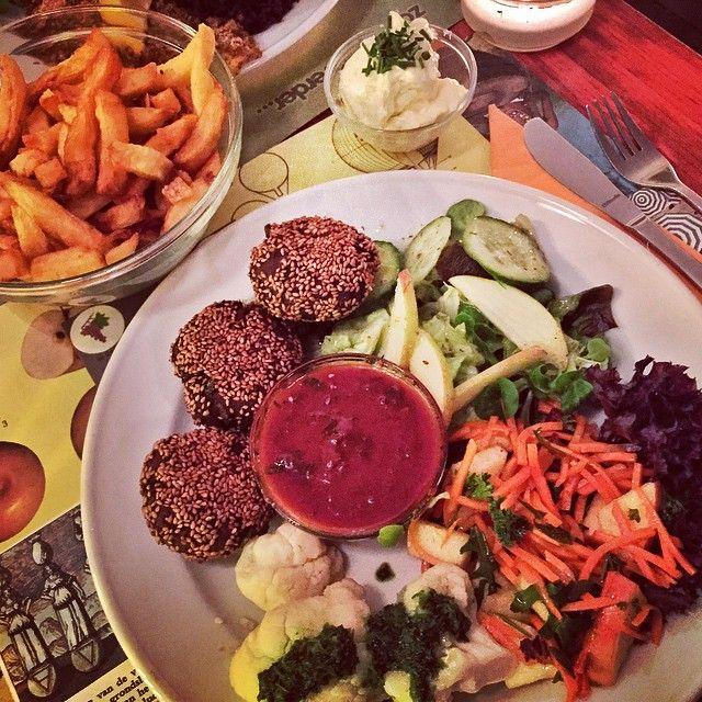 Eetcafe De Plak is een van de meest bijzondere horecagelegenheden van Nijmegen omdat het een collectief is. De medewerkers van De Plak zijn tevens aandeelhouder. De gerechten hebben een prima prijs-kwaliteit verhouding en er wordt bewust gekozen voor eerlijke producten. Ze serveren zowel vlees-, vis- als vegetarische gerechten en vooral in dat laatste blinken ze uit. Leuke alternatieve sfeer.