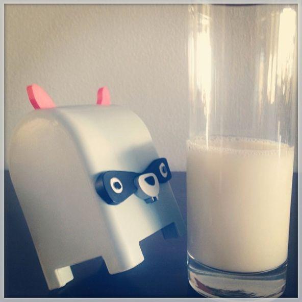 Szopek uczy swoich przyjaciół że mleko pomaga budować mocne kości!