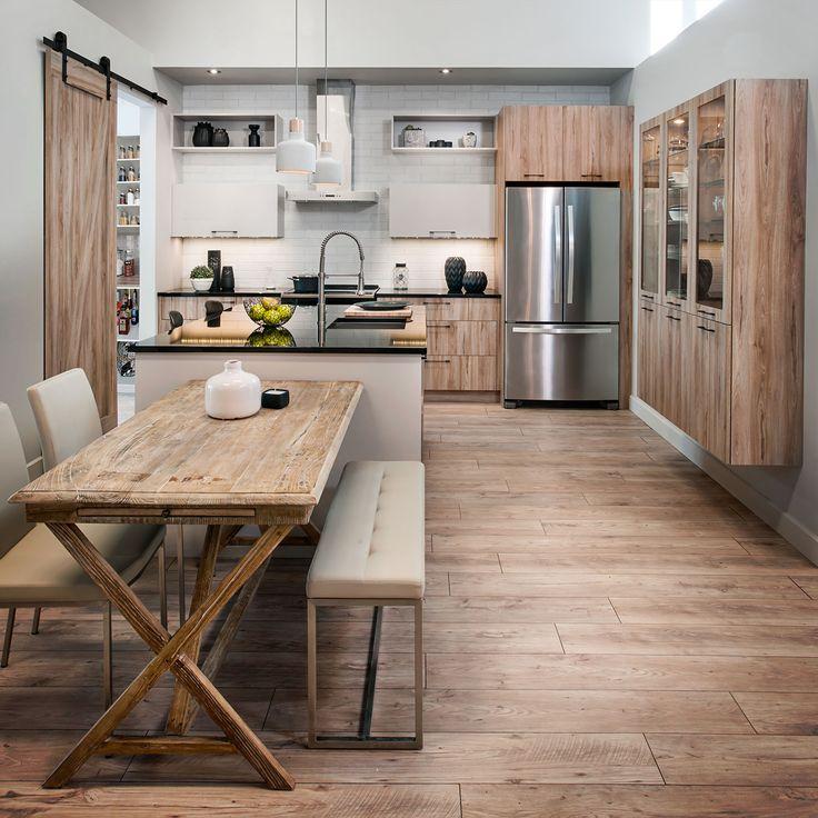 Un grand espace destiné à plusieurs fonctions soit la cuisine, la salle à manger et le rangement. Une inspiration des grandes cuisines intelligentes à moindre coût. Nous avons su remplir l'espace en épurant chaque rangement mais en s'assurant qu'il soit fonctionnel et pratique. Une cuisine où le rustique rencontre le moderne à la fois!