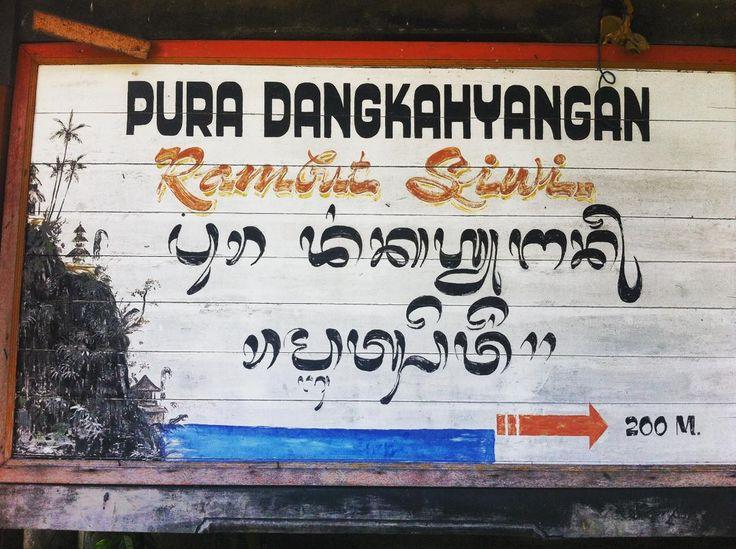Sangat menyukai papan nama ini, lengkap dengan lukisan lanskap pura di pojoknya.  #sign #temple #wood #design #vintage #wanderlust #bali #oldschool #aksara #aksarabali #culture